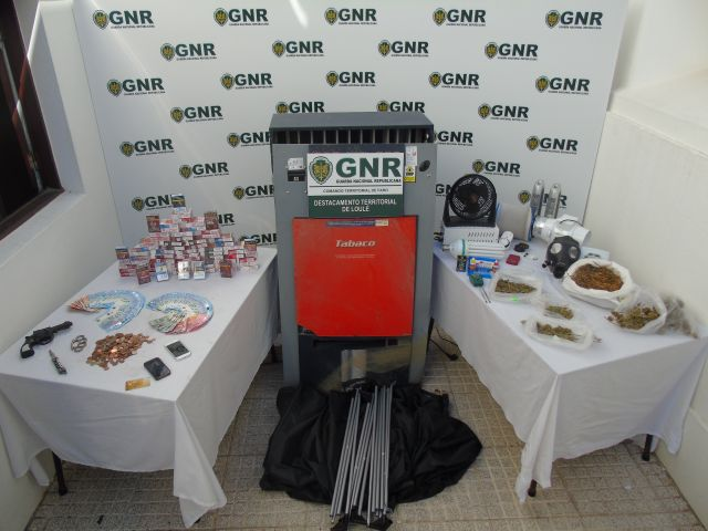 Loulé GNR arrest two men in connection with Albufeira, Quarteira robberies