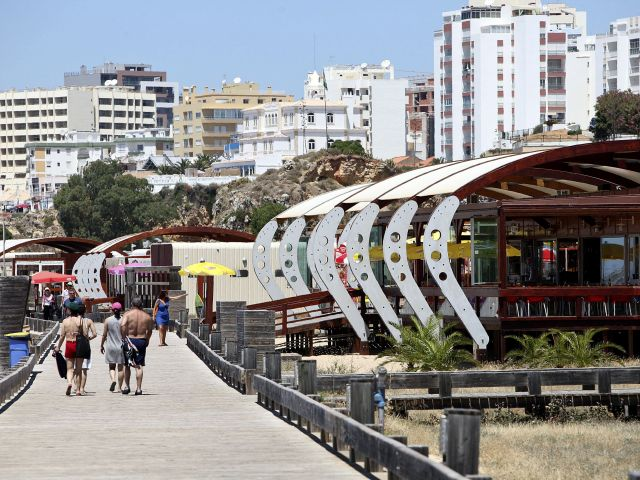 Algarve councils green-light tourist tax worth €20m per year – Silves and Tourism Board against it
