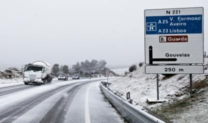 Snow closes roads in central Portugal