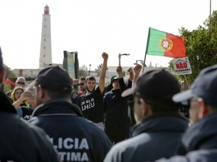 Tensions flare during takeover of Farol island homes