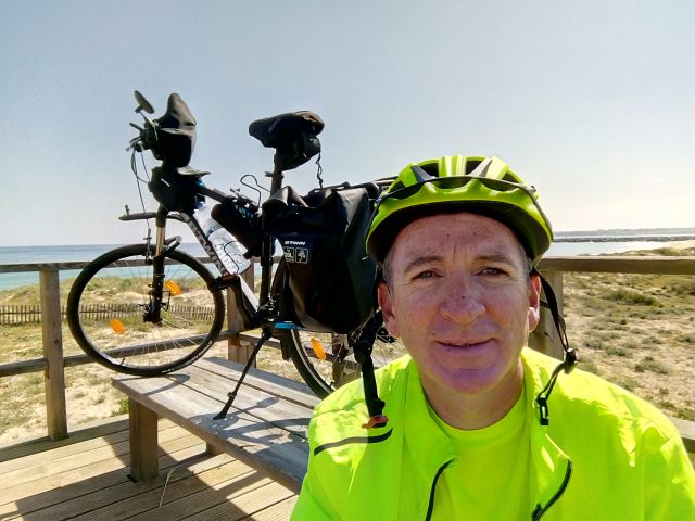 Irishman cycling from Alvor to Dublin for Algarve charity