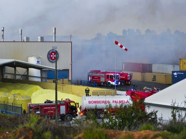 Businesses and residents affected by Setúbal sulphur warehouse blaze